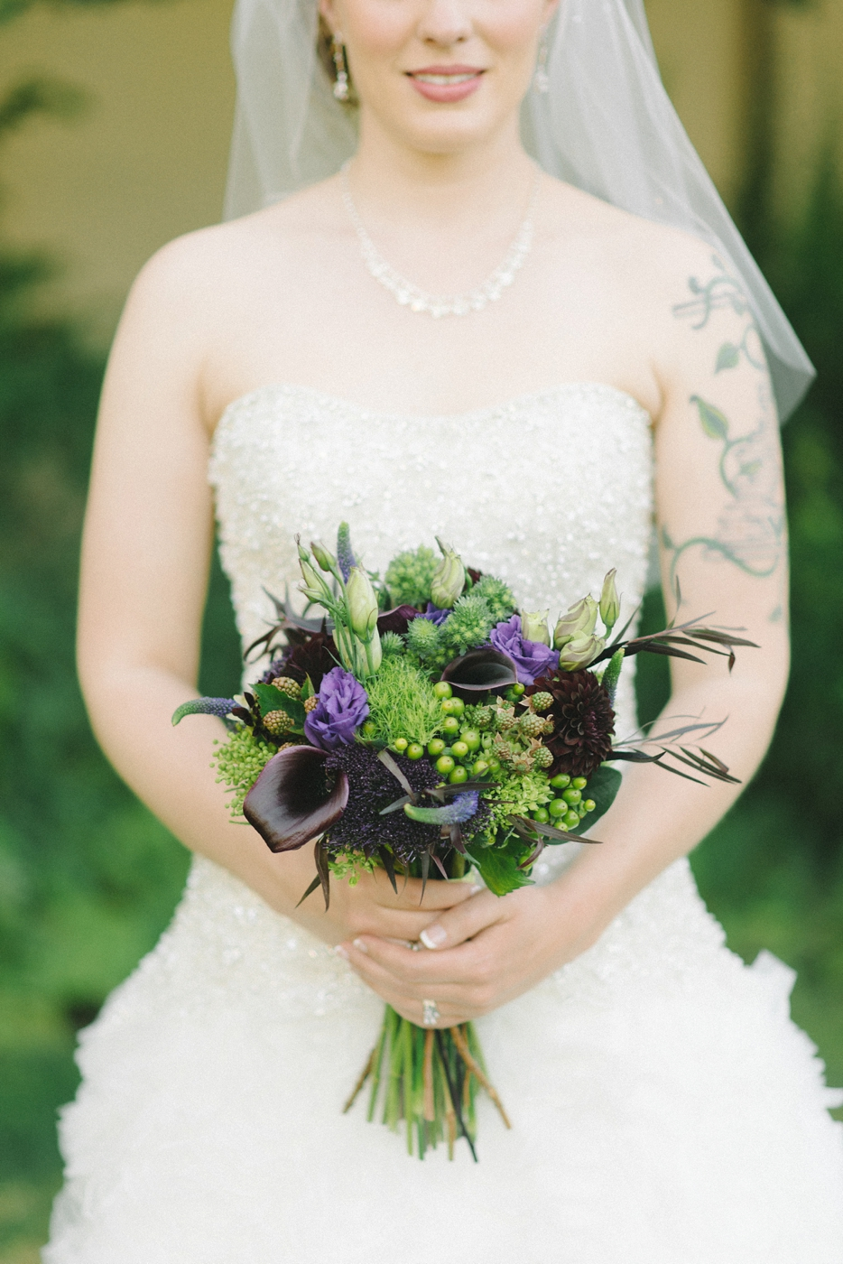 Portland-Oregon-Wedding-photographer-mcmenamins-edgefield-purple-green-bouquet-shelley-marie-photography-1