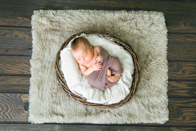best-newborn-photographer-portland-oregon-sleeping-baby-basket-wood-backdrop-shelley-marie-photo-0010
