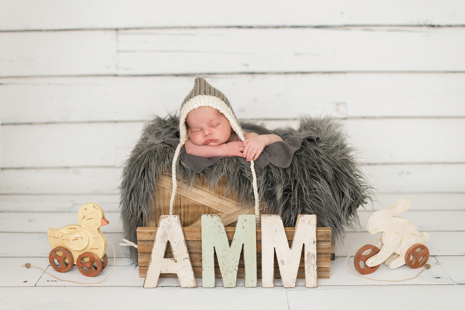best-portland-oregon-newborn-photographer-sleeping-baby-boy-in-basket-gray-knit-hat-nursery-letters-shelley-marie-photography-5.jpg