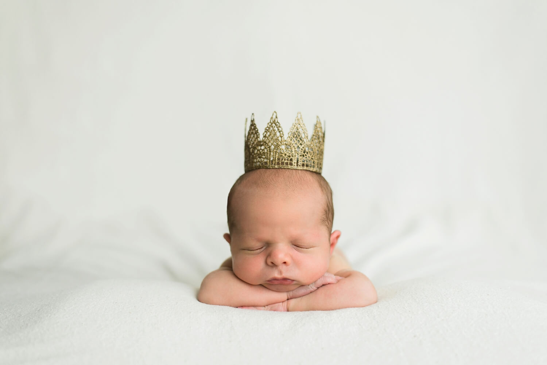 best-portland-oregon-newborn-photographer-sleeping-baby-boy-in-crown-shelley-marie-photography-57.jpg