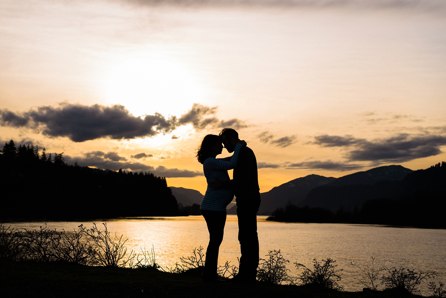 hood-river-maternity-photos-silhouette-columbia-river-gorge-shelley-marie-photo-092_cr.jpg