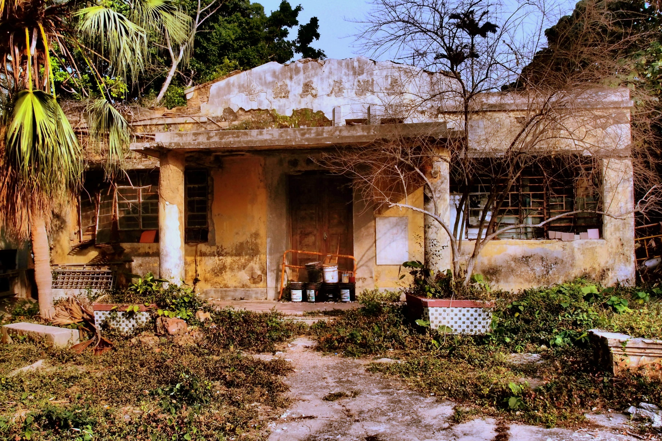 A grungy old building on Cheung Chau Island