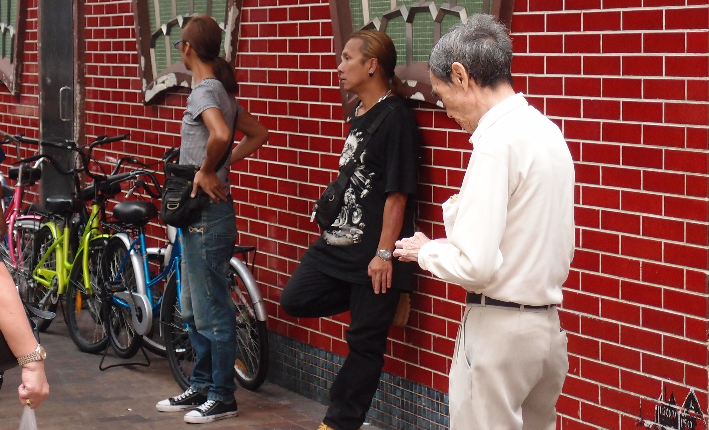 Saw these 2 chaps in Sham Shui Po and if there was ever a cliche of your typical Hong Kong gangster then these two are it.