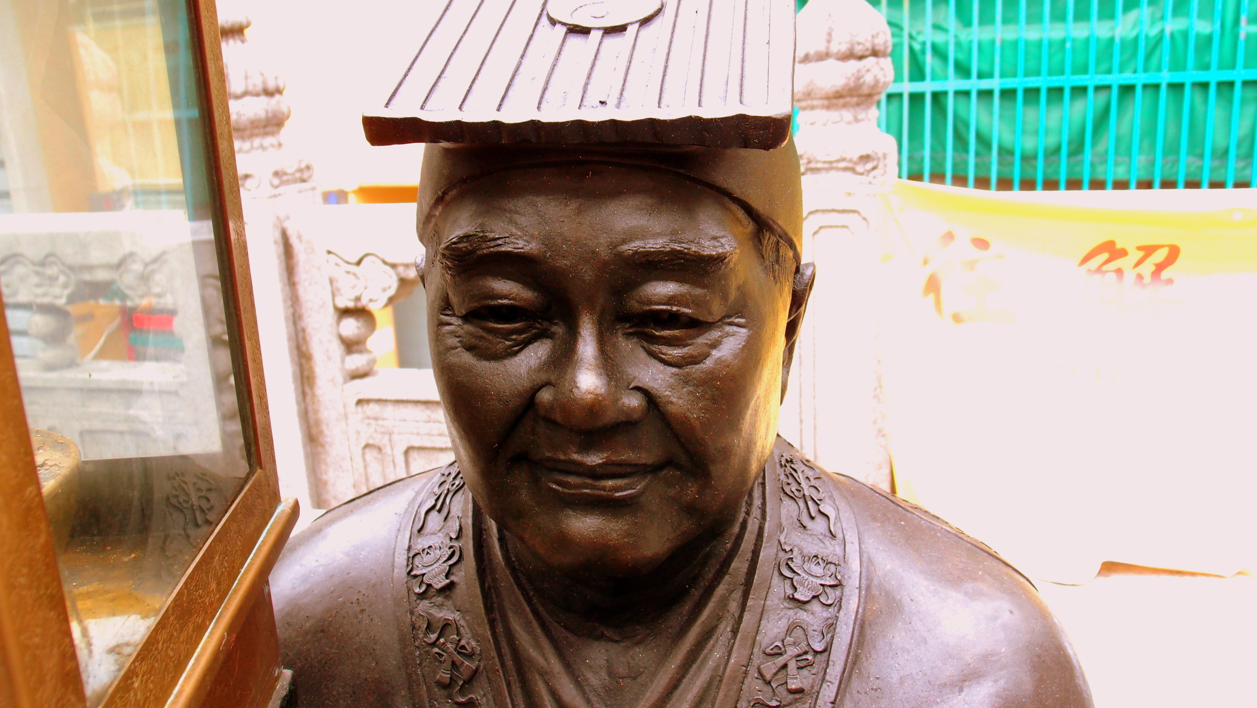 """This """"god"""" at the Sik Sik Yuen Wong Tai Sin Temple looks remarkably like the famous movie star Chow Yun Fat!"""