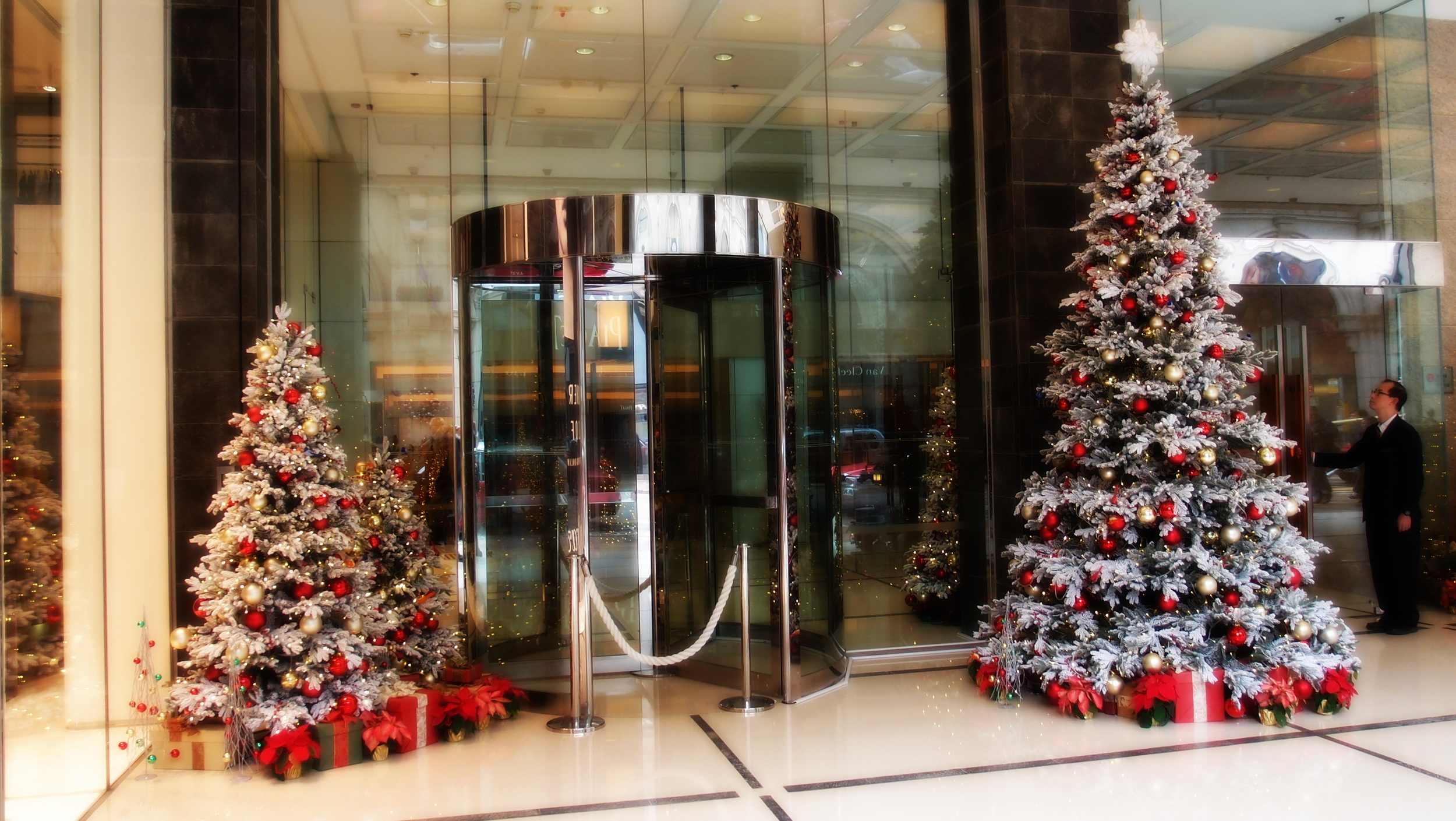 The Marco Polo Hong Kong Hotel has brilliant Xmas decorations