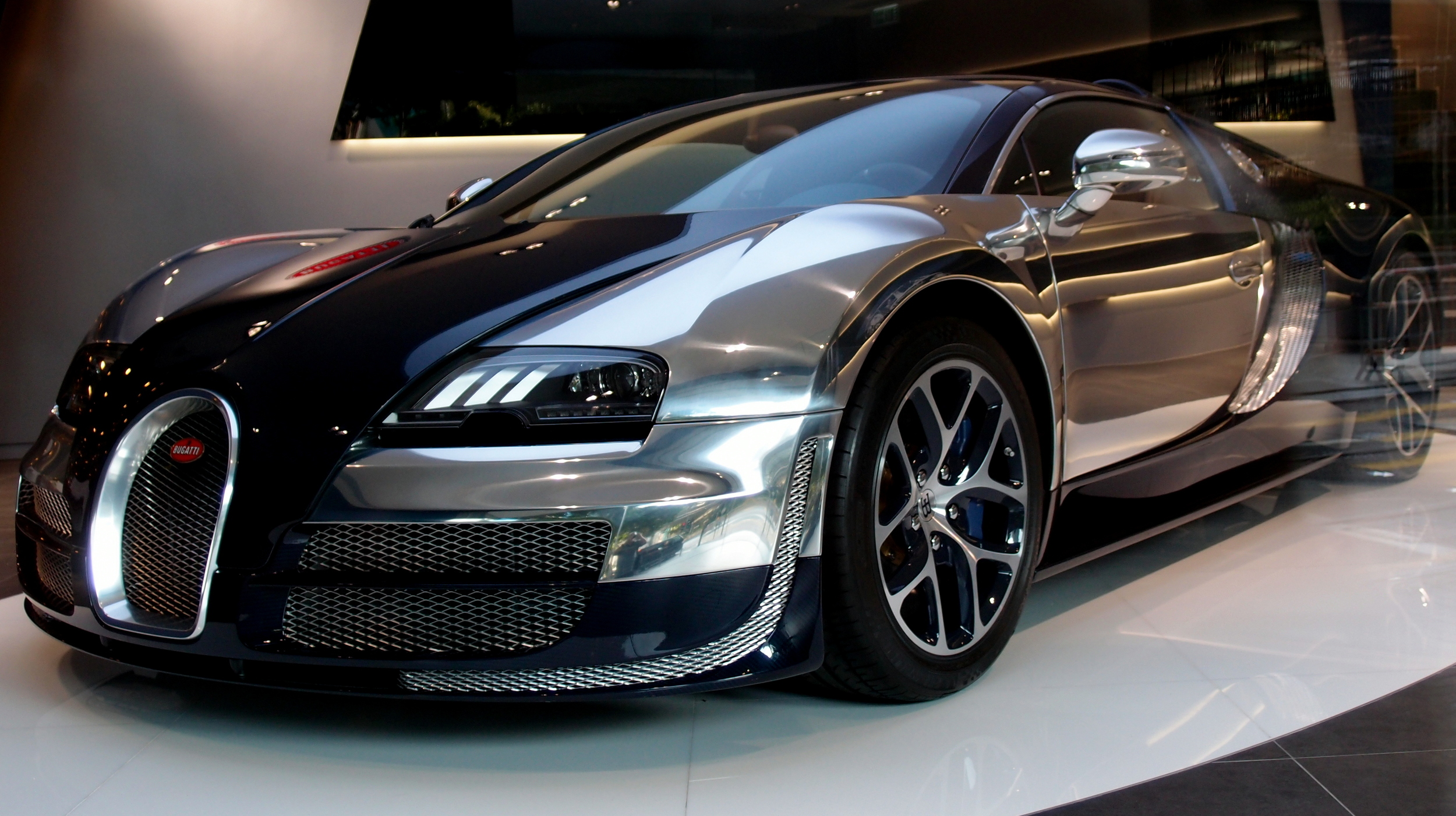 Oh my, the sheer beauty of the Bugatti
