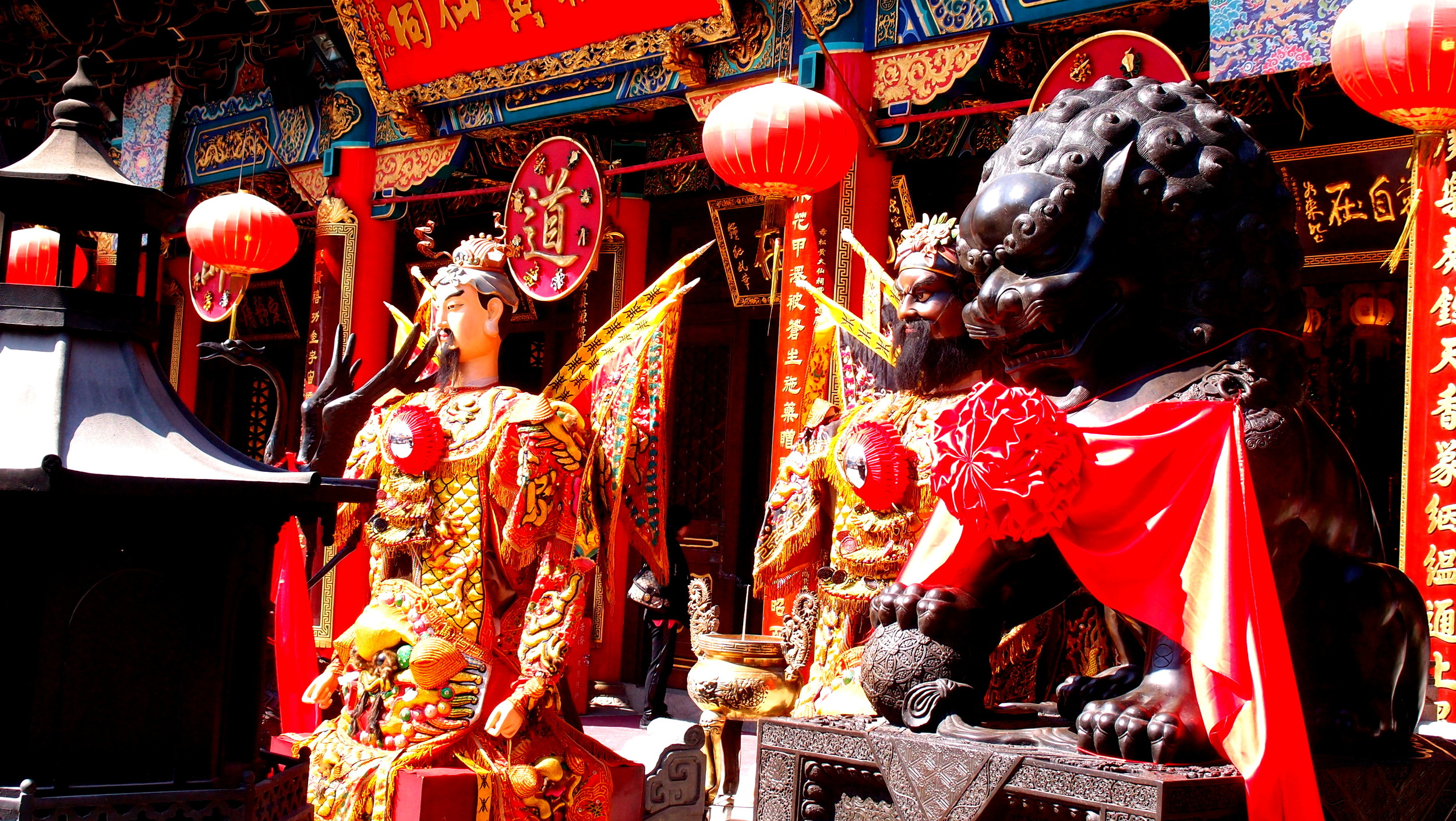 Chinese New Year is coming, the god's are getting fat..... the amazingly colourful Sik Sik Yuen Wong Tai Sin Temple