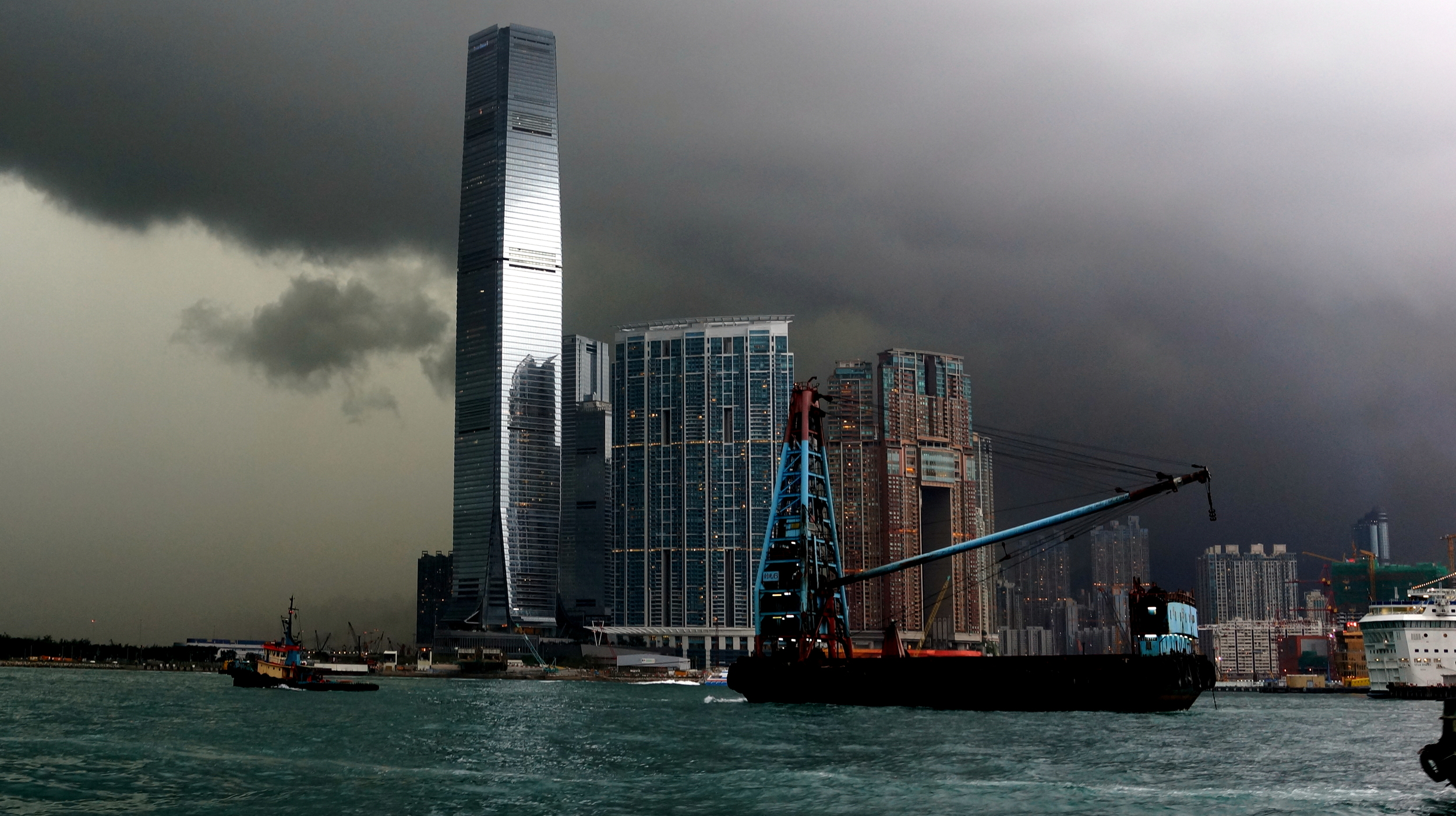 Yesterday was a typical wet day in Hong Kong - we had 7 inches of rain... this is the major thunderstorm that hit Hong Kong at 5.15pm yesterday.