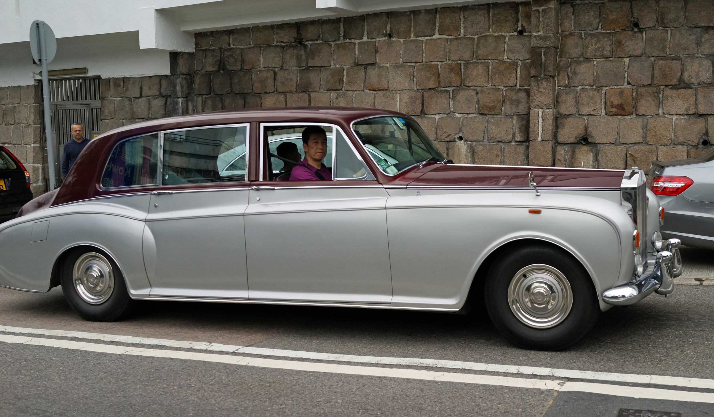 What a beautiful old Rolls Royce spotted at one of my favourite haunts, the Hong Kong Country Club and I was delighted to see a large family in it and really enjoying the ride - brilliant.