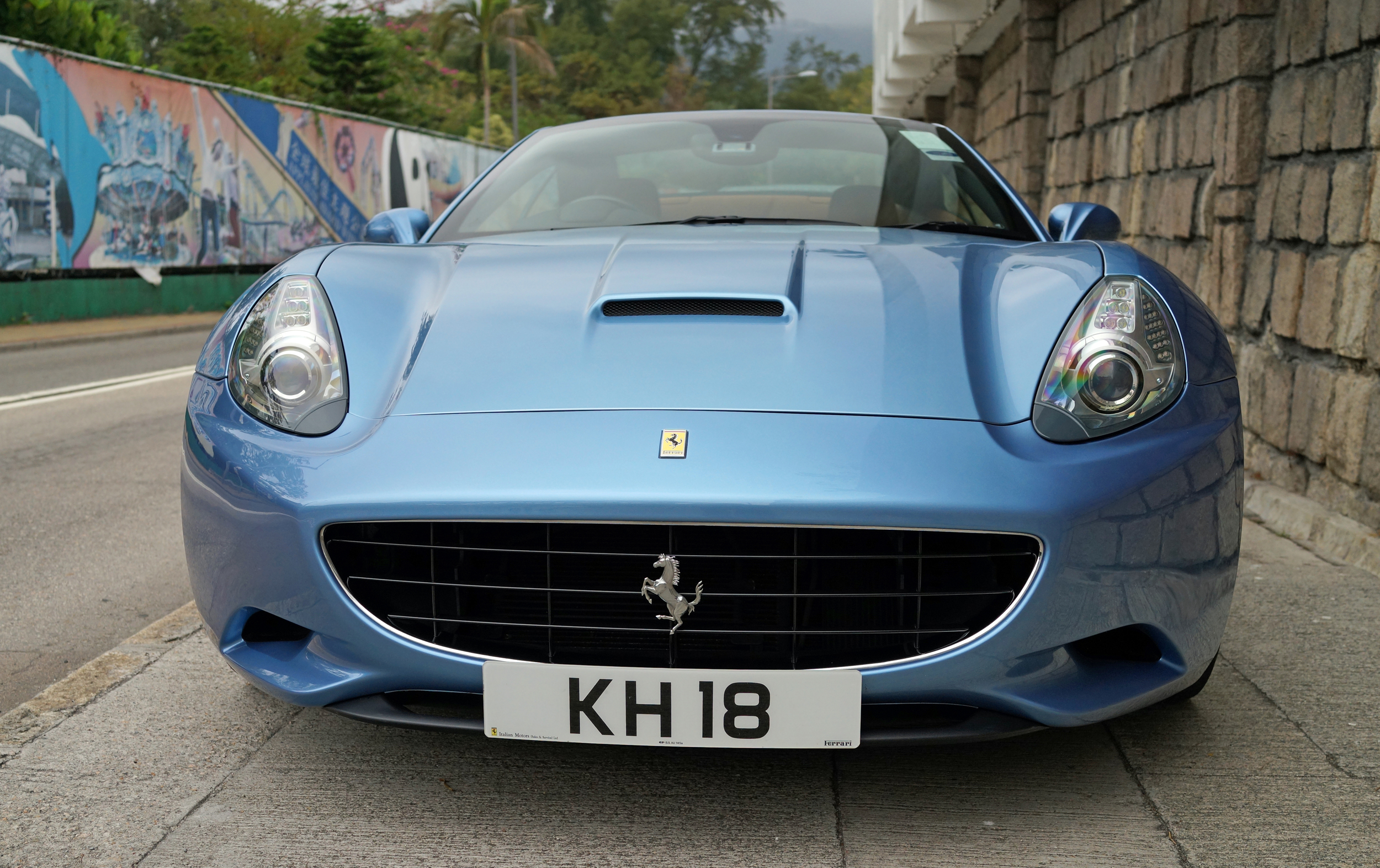 Oh lordy - what a fabulous non bog standard Ferrari.... I love red Ferrari's but every now and then.....