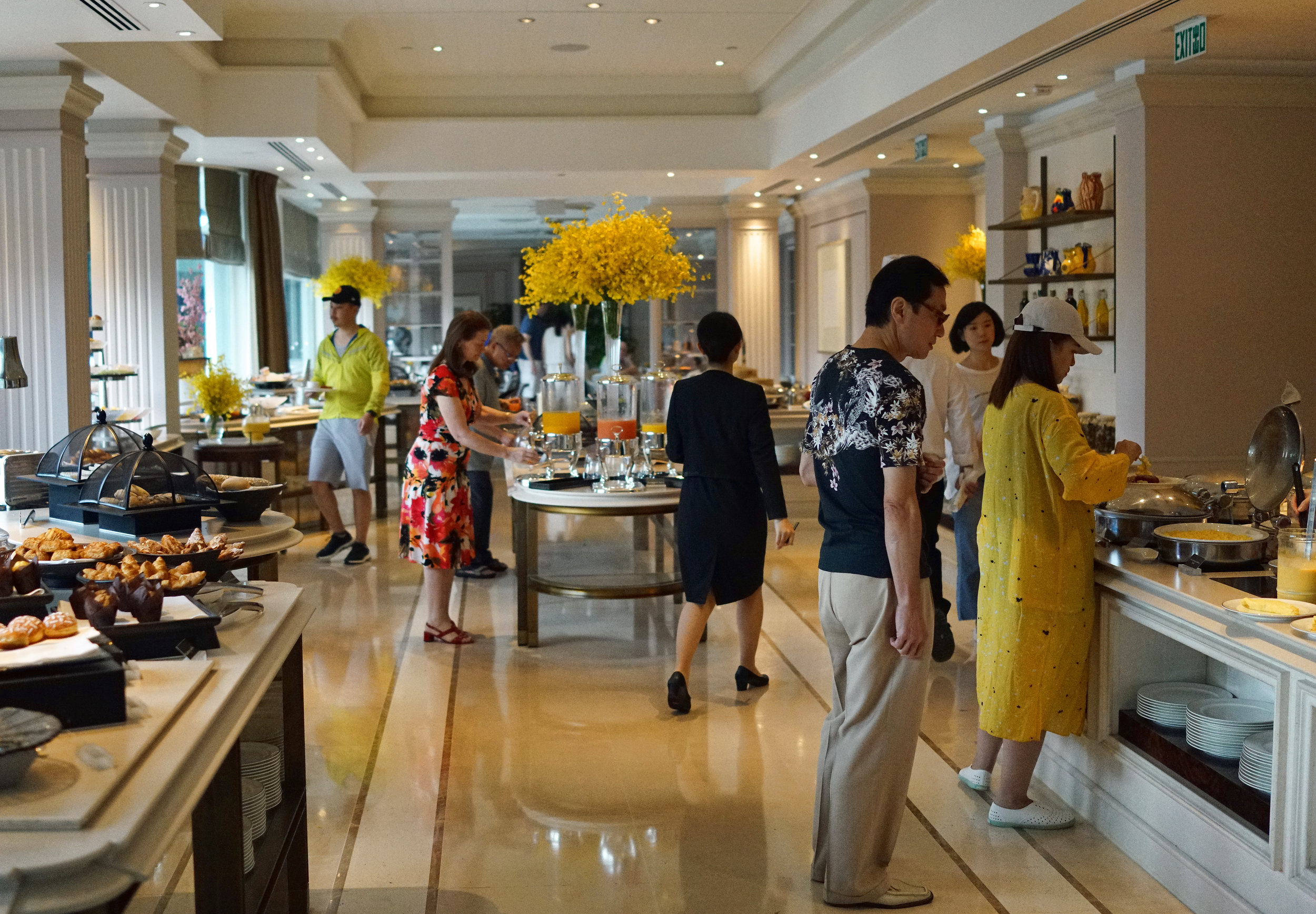 Prior to having Afternoon Tea in the Peninsula I did actually have the absolutely fabulous buffet breakfast in the Verandah on the 1st floor of the Peninsula, golly gosh.. it was fabulous, it has to be one of the best breakfast places in Hong Kong and thanks again to Craig and Deb for indulging me and to the Peninsula staff for graciously hosting a scruffy bugger like me.