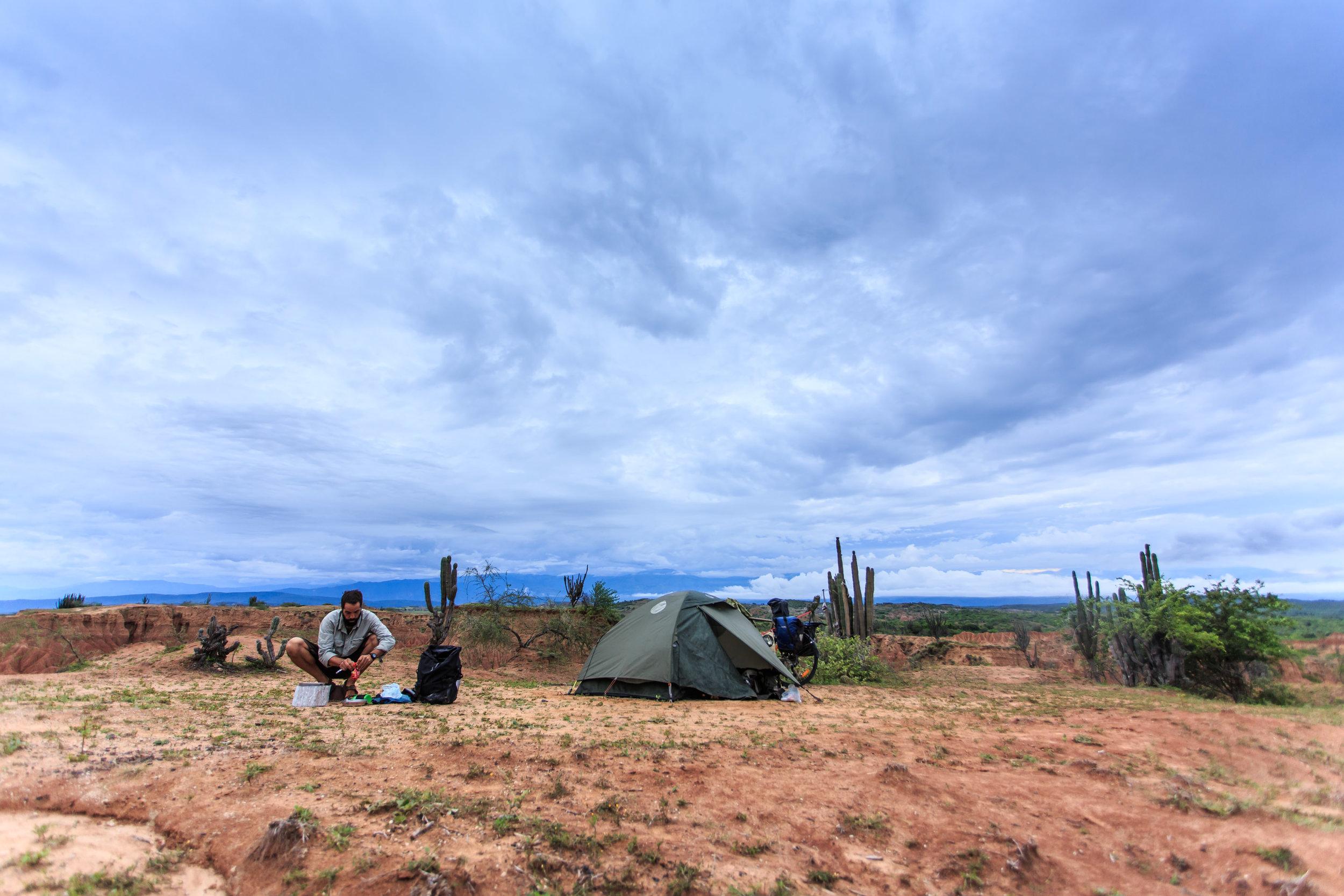 Horizonte Norte. El viaje de Juan Sisto desde Chile a Alaska en bicicleta. Desierto de la Tatacoa, 2014.