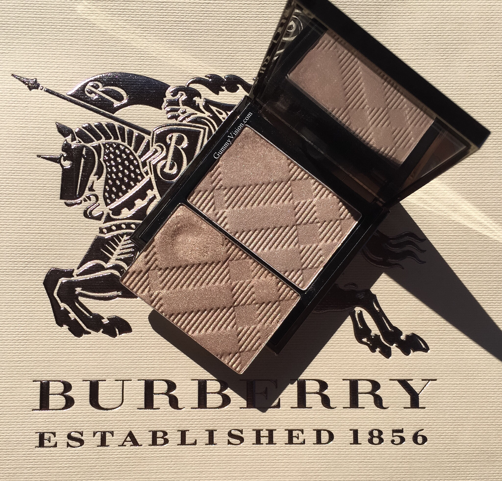 Burberry Pale Barley, new Wet and Dry Silk Eyesahdow (top) vs. Burberry Pale Barley, old version (bottom, depotted) - gummyvision.com