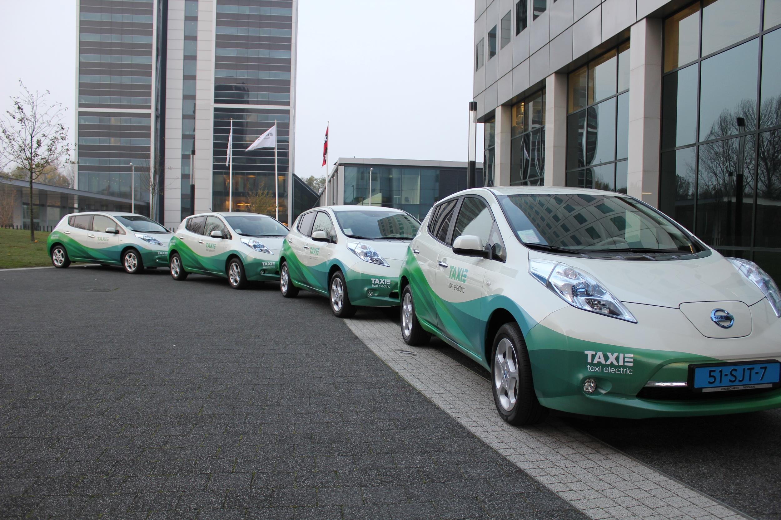 032812_taxi-e-gaat-elektrisch-rijden-tussen-Schiphol-en-Amsterdam-met-Nissan-leaf-3