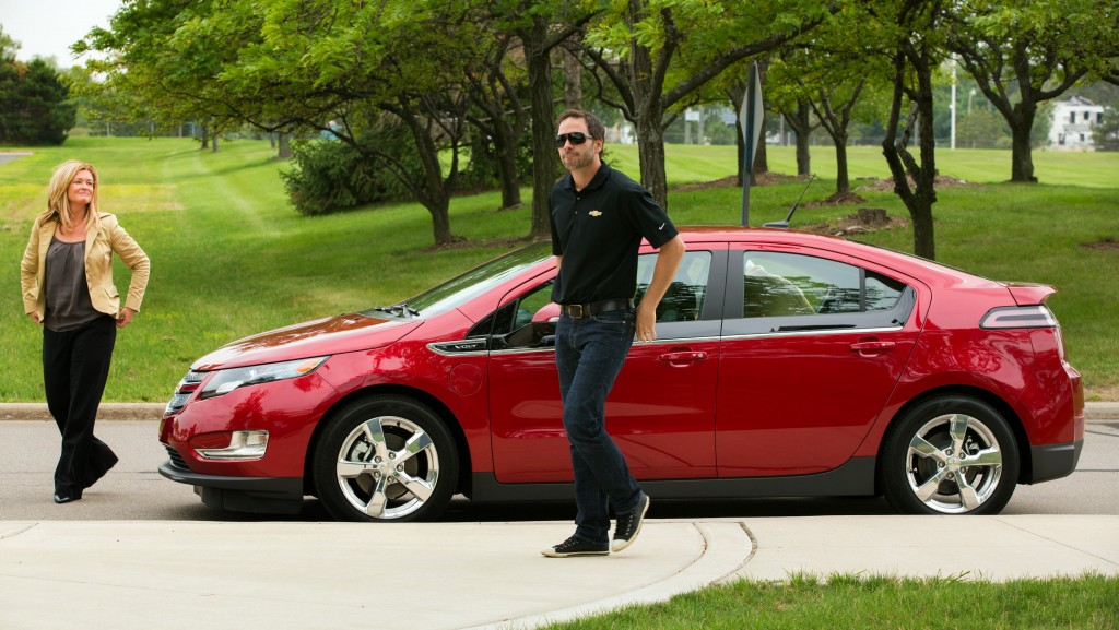nascar-racer-jimmie-johnson-checks-out-the-chevrolet-volt_100398972_l.jpg