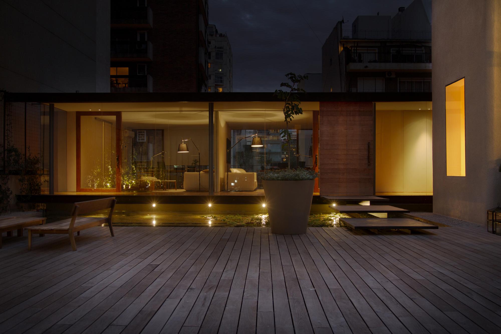 521cbb50e8e44effd4000068_textiles-del-sur-offices-ana-smud_exterior_volumen_noche_.jpg