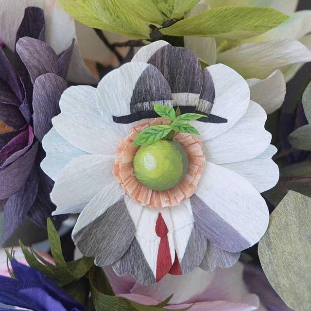 I love this weekend's @instagram hashtag project #whpinspiredby . This paper anemone was inspired by Magritte's The Son of Man 🍏 Swipe left for the side view Me encanta el proyecto hashtag de este fin de semana de Instagram #whpinspiredby. Esta anémona de papel fue inspirada en el cuadro de Magritte 🍏 Desliza hacia la izquierda para verla de lado . . #paperart #papercraft #madetocreate #magritte #thesonofman #paperflowers #modernartpaperflowers