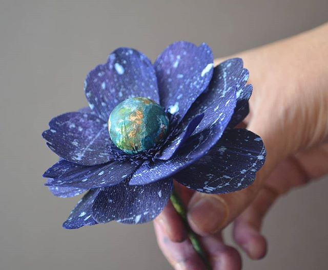 🌍🌎🌏 Beautiful planet Earth, we don't deserve you 🌏🌎🌍 Hermoso planeta tierra, no te merecemos . . #earthday #madewithlia #paperflowers #paperart #papercraft #bostonpaperflorist #paperbouquet #bostonpaperflowers #paperflorist #madetocreate #imsomartha #makersbiz #makersmovement #lgenpaper #craftsposure #dsfloral #r29regram