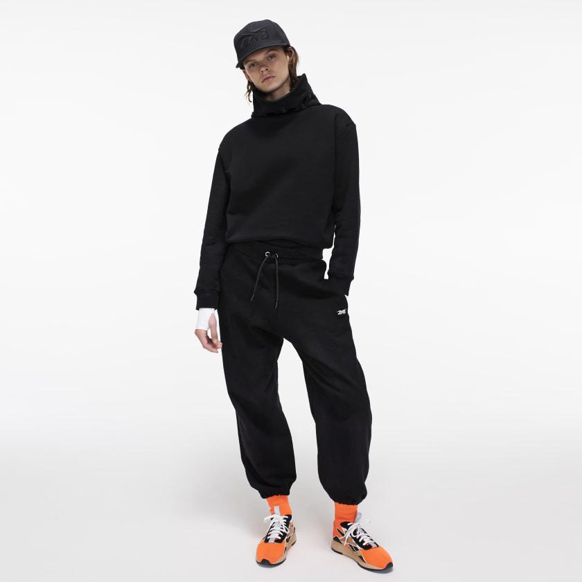 Victoria_Beckham_Cropped_Branded_Cowl_Black_FJ0603_22_model.jpg