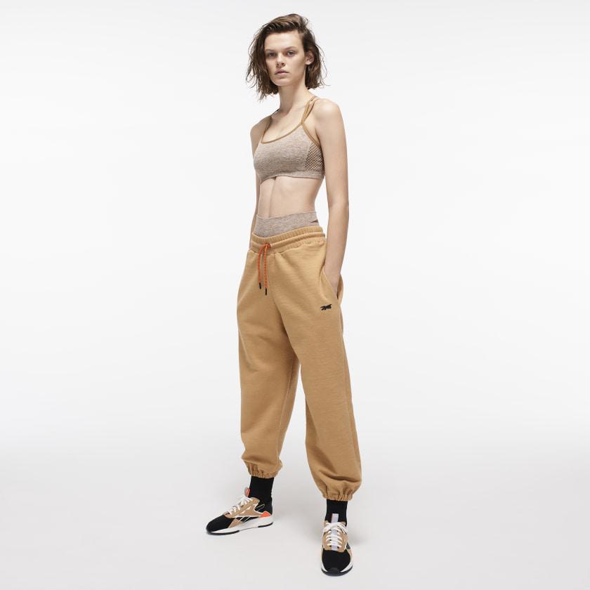 Victoria_Beckham_Seamless_Textured_Bra_Yellow_FI0731_22_model.jpg