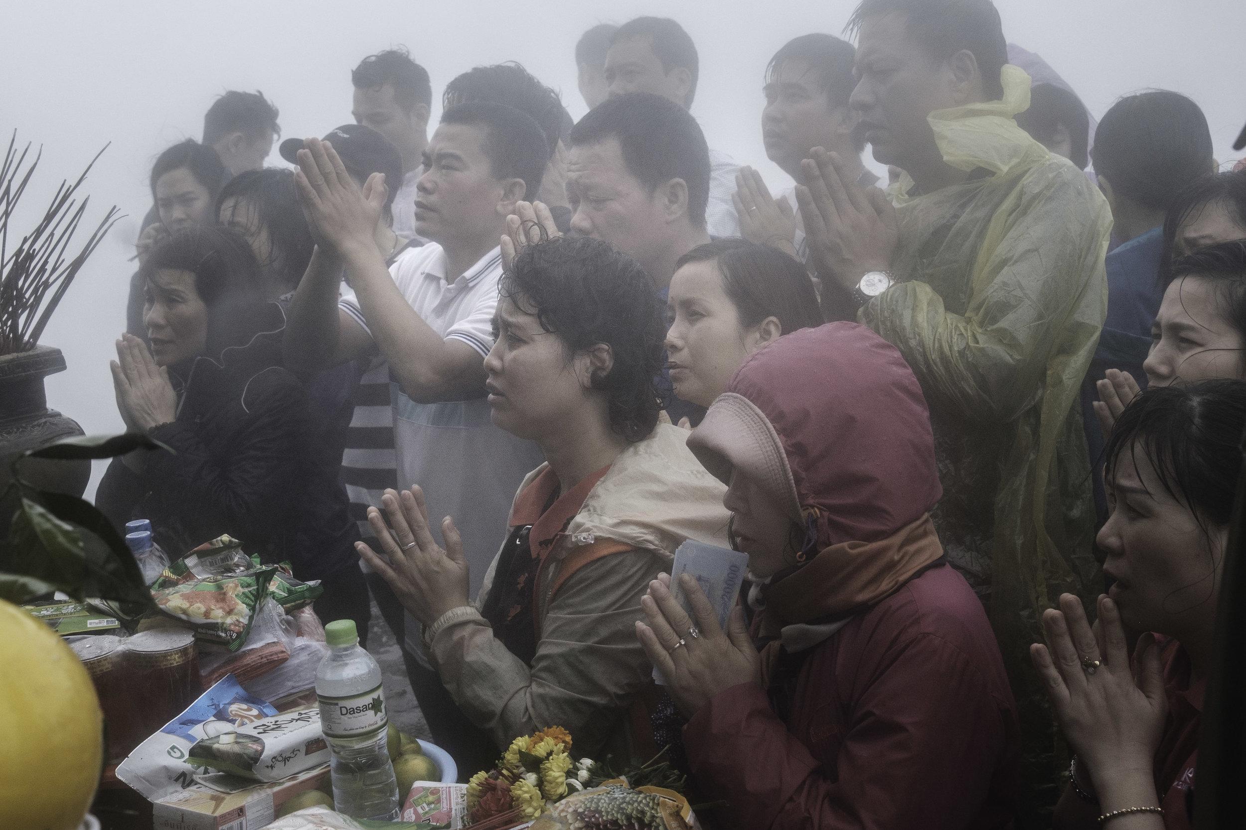 P:ilgrims worshiping at the pagoda at the top of Yen Tu Mountain.