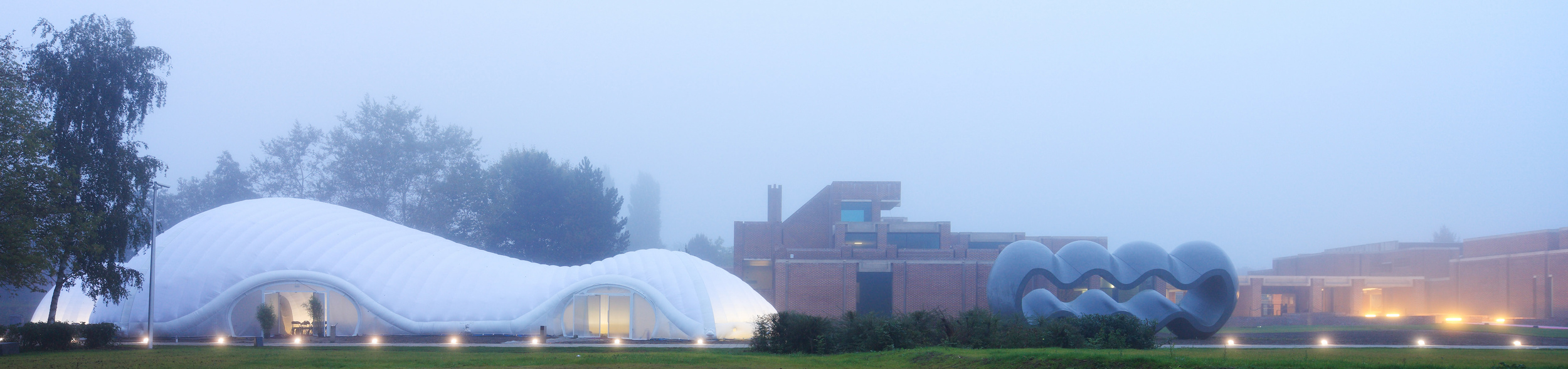 The pavilion at dawn, against the rectilinear backdrop of the museum (Photo: Yves Morfouace)