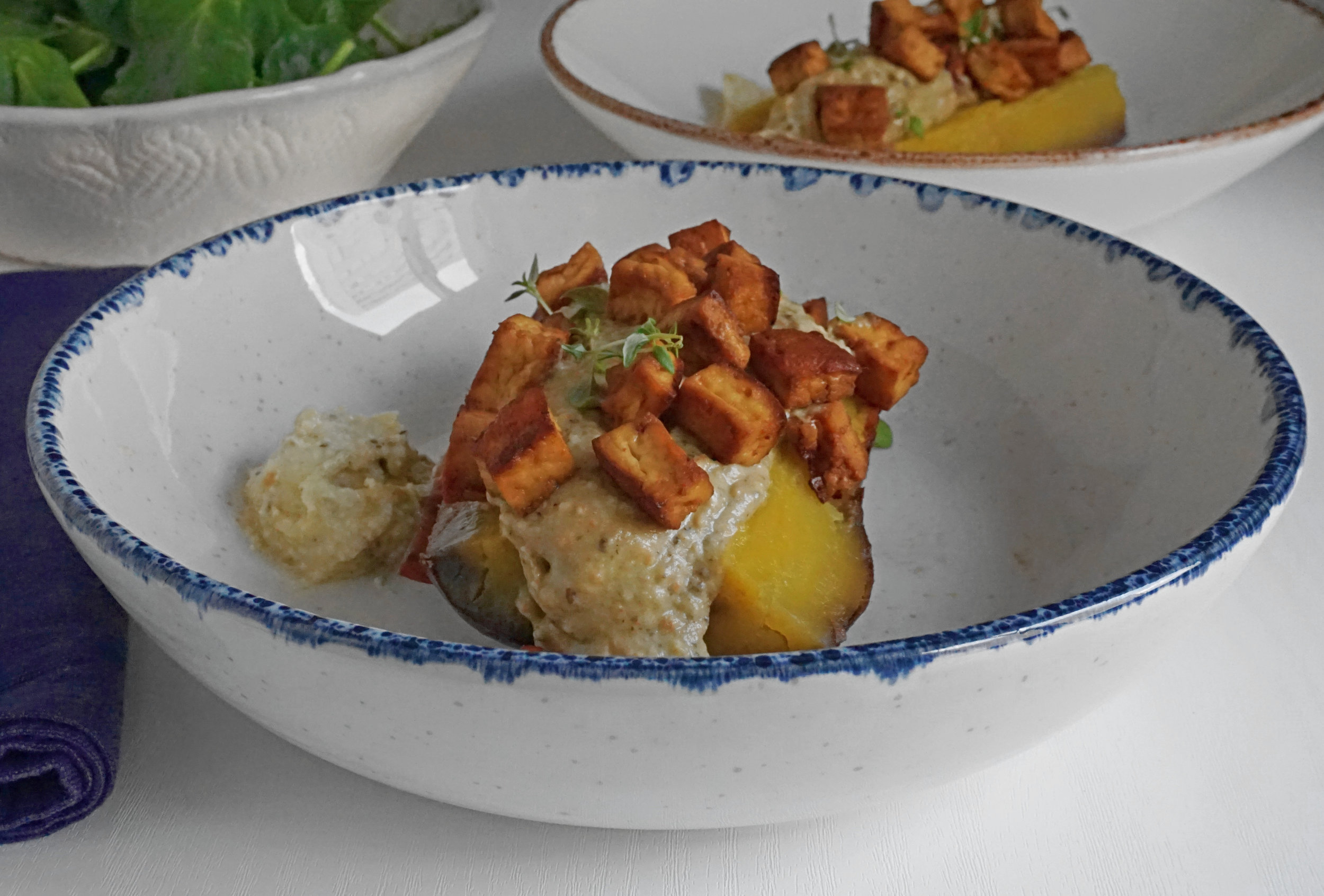 Restos reinventados: 1/2 batata doce com uma sobra de húmus, dip de beringela e tofu crocante acompanhada de uma saladinha de verdes.