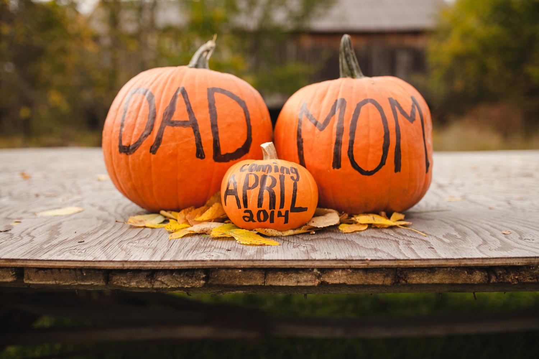 Jonathan-Kuhn-Photography-Baby-Reveal-Pregnancy-Announcement-Pumpkin-9708-11.jpg