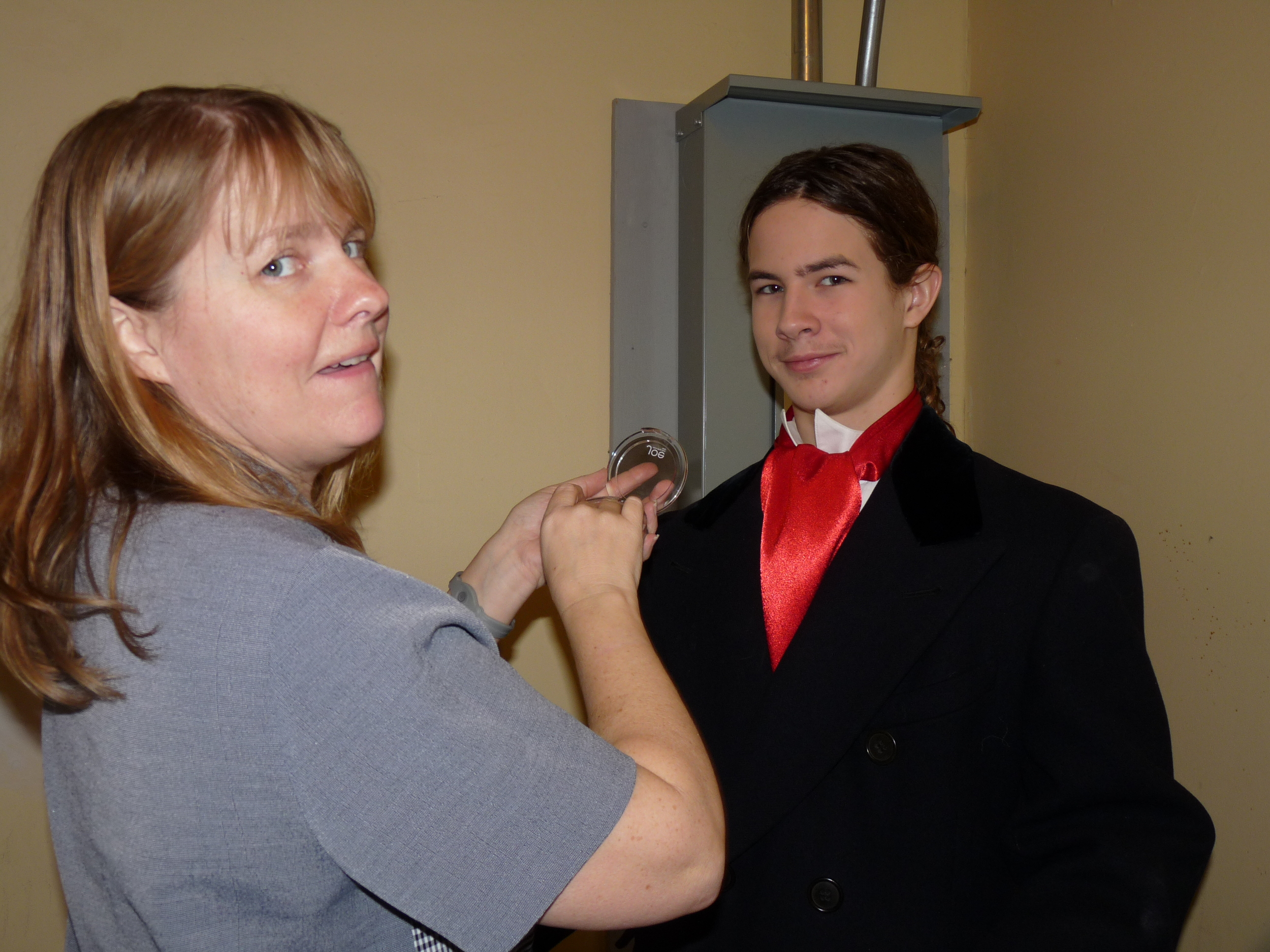 Volunteers makeupour actors for the stage - So performers stand out for the audience!