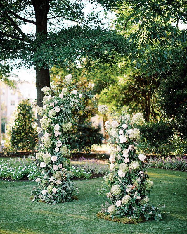 I didn't know it until I saw it, but this is the arbor of my dreams 🌿 Brought to life by @wyldeflowers and @amandablair_bydesign
