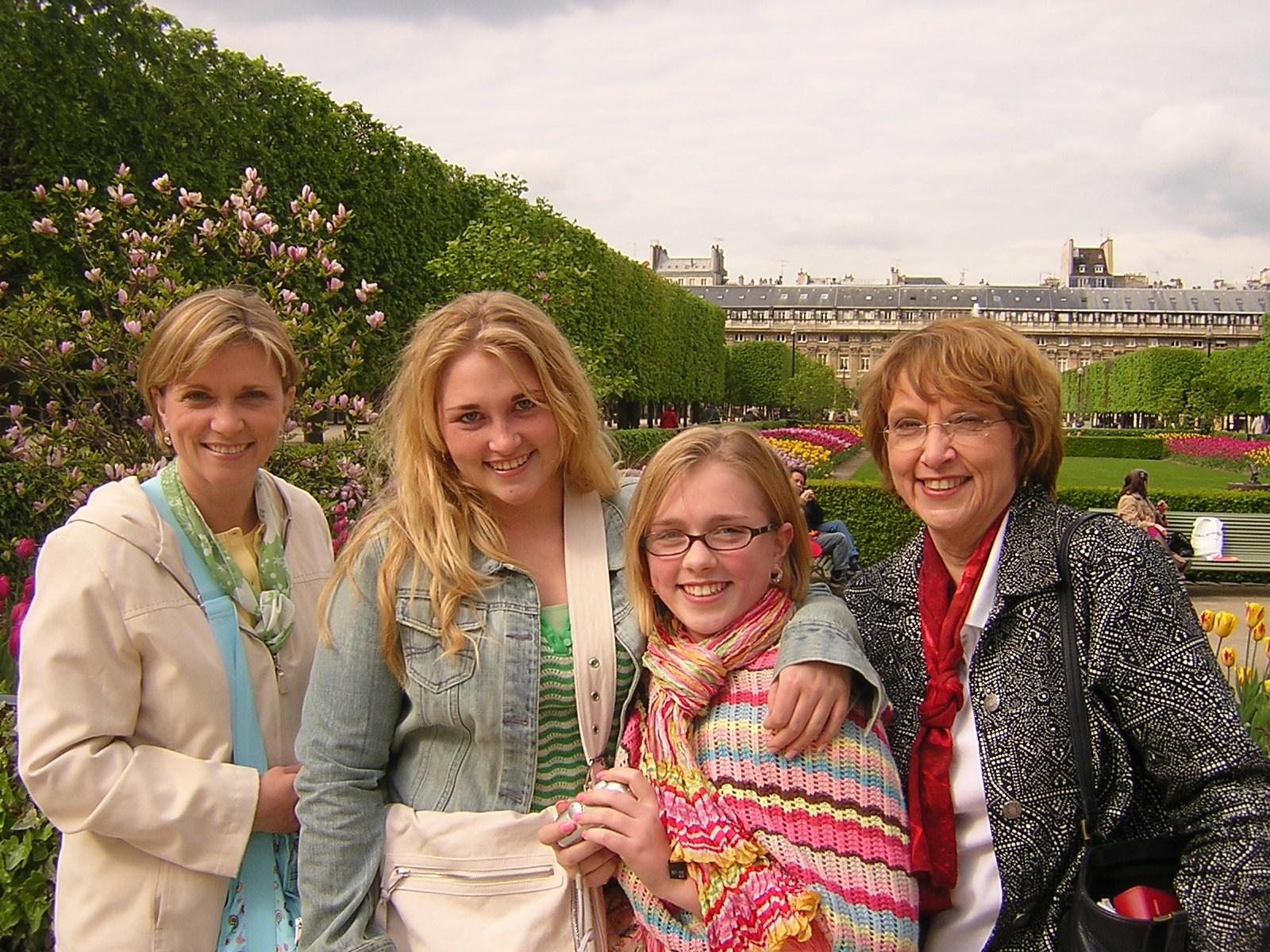Barbara Bickley and family 20 April 05 b.jpg