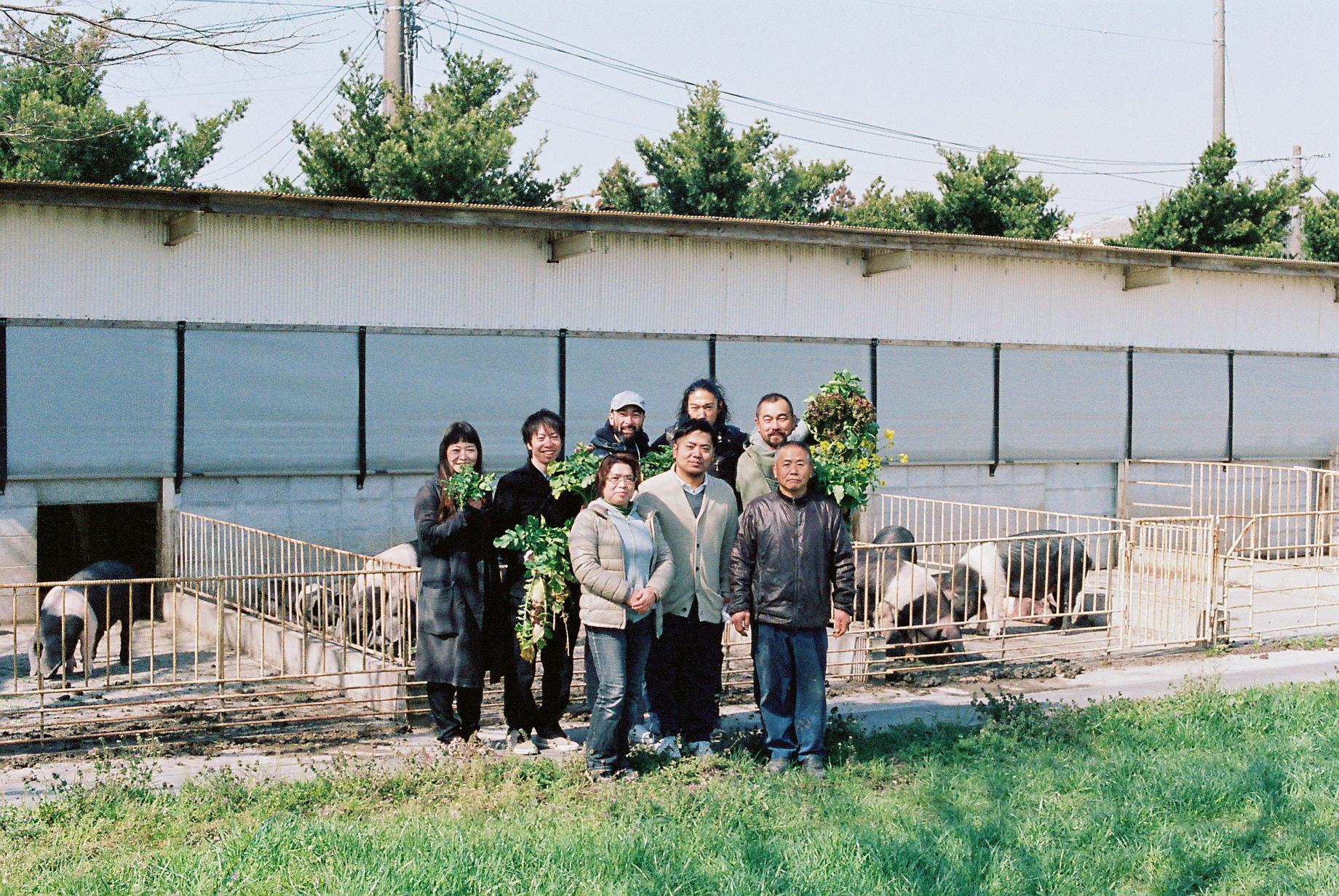 ふくどめ少牧場のご家族とサドルバックと一緒に記念撮影  。