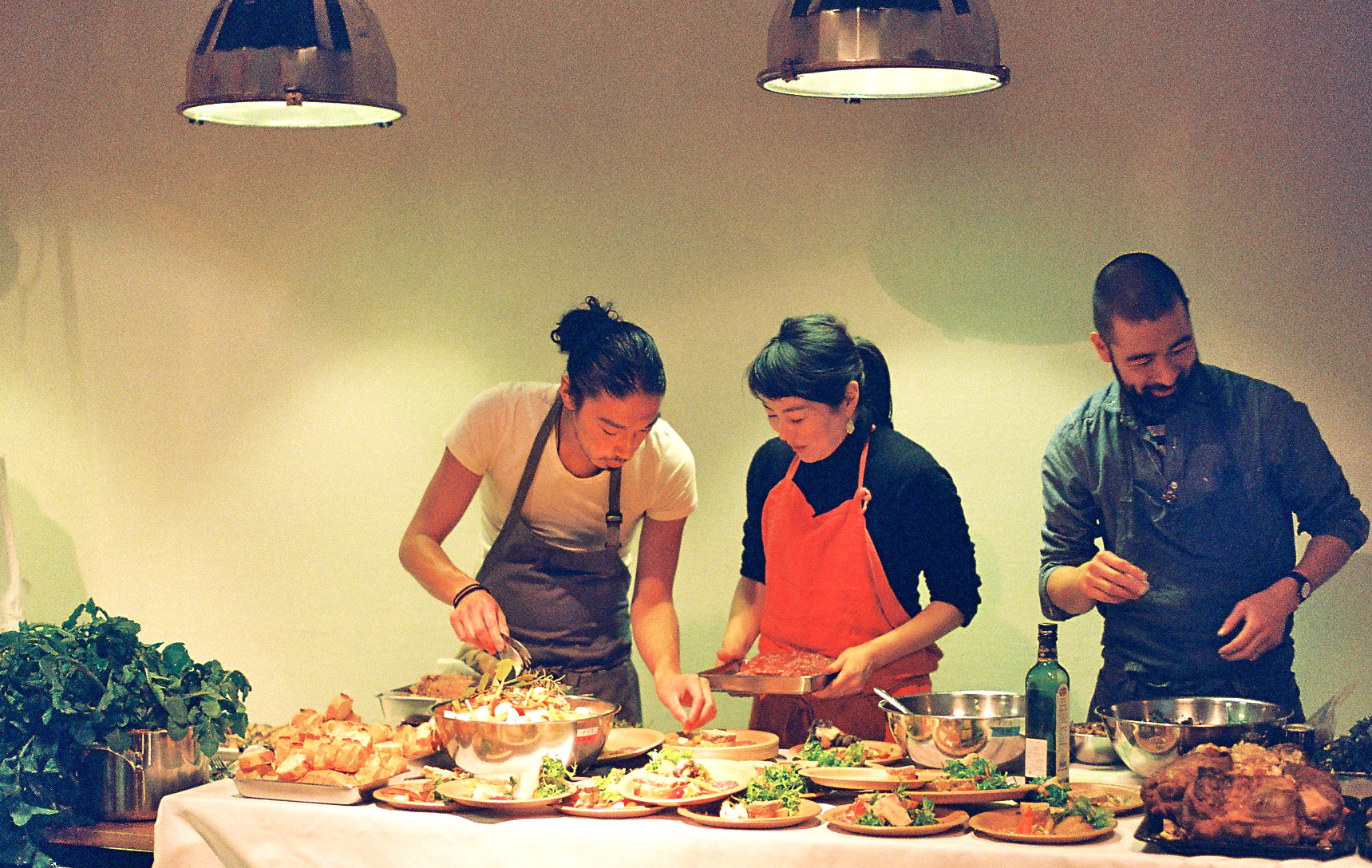 eatripによる素敵な空間でのNomadicの料理  人たちの準備のひとコマ。