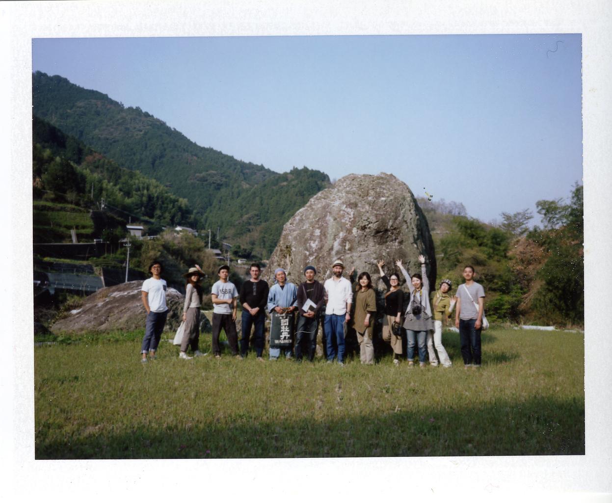 柳野の美しい場所で、旅のメンバーと記念撮影。