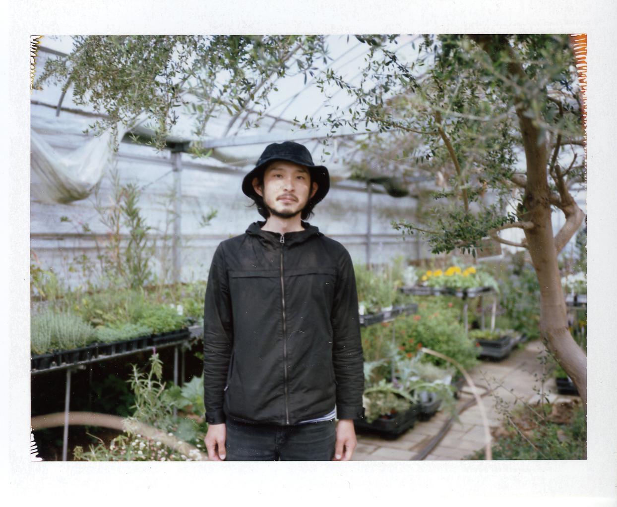 農薬も肥料も使わずハーブを専門に育てる「まるふく農園」の楠瀬 健太さん。