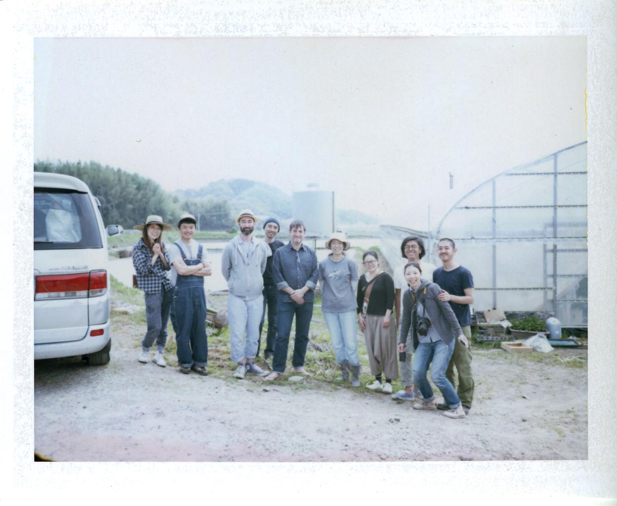 「ファーム・ベジコ」さんの畑の前で記念撮影。