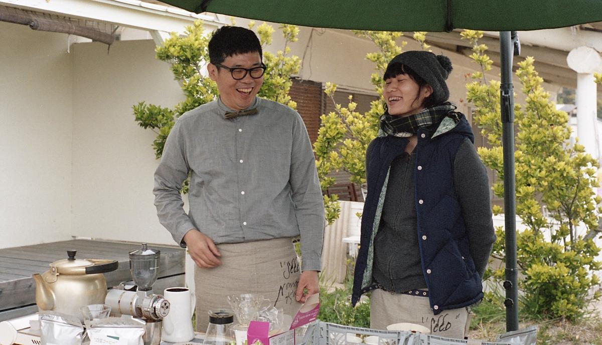 『  旅ベーグル  』  松村さん(左)、通称 マツジュン...とゆりかさん(右)。今回は、得意のベーグルと一杯一杯、丁寧にドリップしたコーヒーで参戦。美味しいベーグルはあっという間に売り切れました。  ゆりかさんは、会場のオリーブの枝や野花の装飾も担当していただきました。