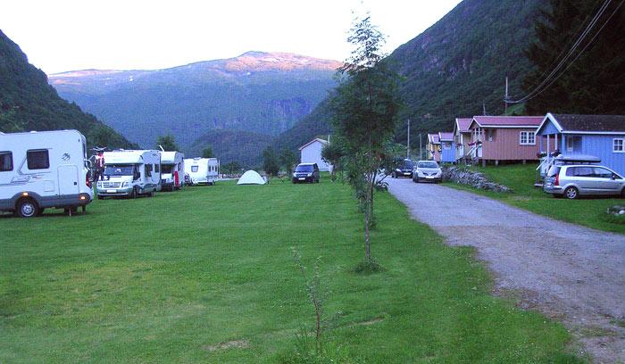 Borgund camping - Borgund Hyttesenter og Camping er eit glimrande alternativ til JordepleCAMP. Kvar natt, etter festivalslutt, går det buss oppover dalen til Borgund (kl. 02:15). Hugs å kjøpe denne billetten når du bestiller festivalpass. Campingplass bestillast direkte hjå campingen.Plassen ligg langs E-16, 600 meter etter Borgundstunnellen og 20 km etter Lærdalstunnelen dersom ein kjem vestfrå, og 7,5km frå Borlaug kryss viss ein kjem frå aust.Det er straumuttak, felles sanitæranlegg med dusj, toalett. Plassen har eigen spisestad på ettermiddagen.
