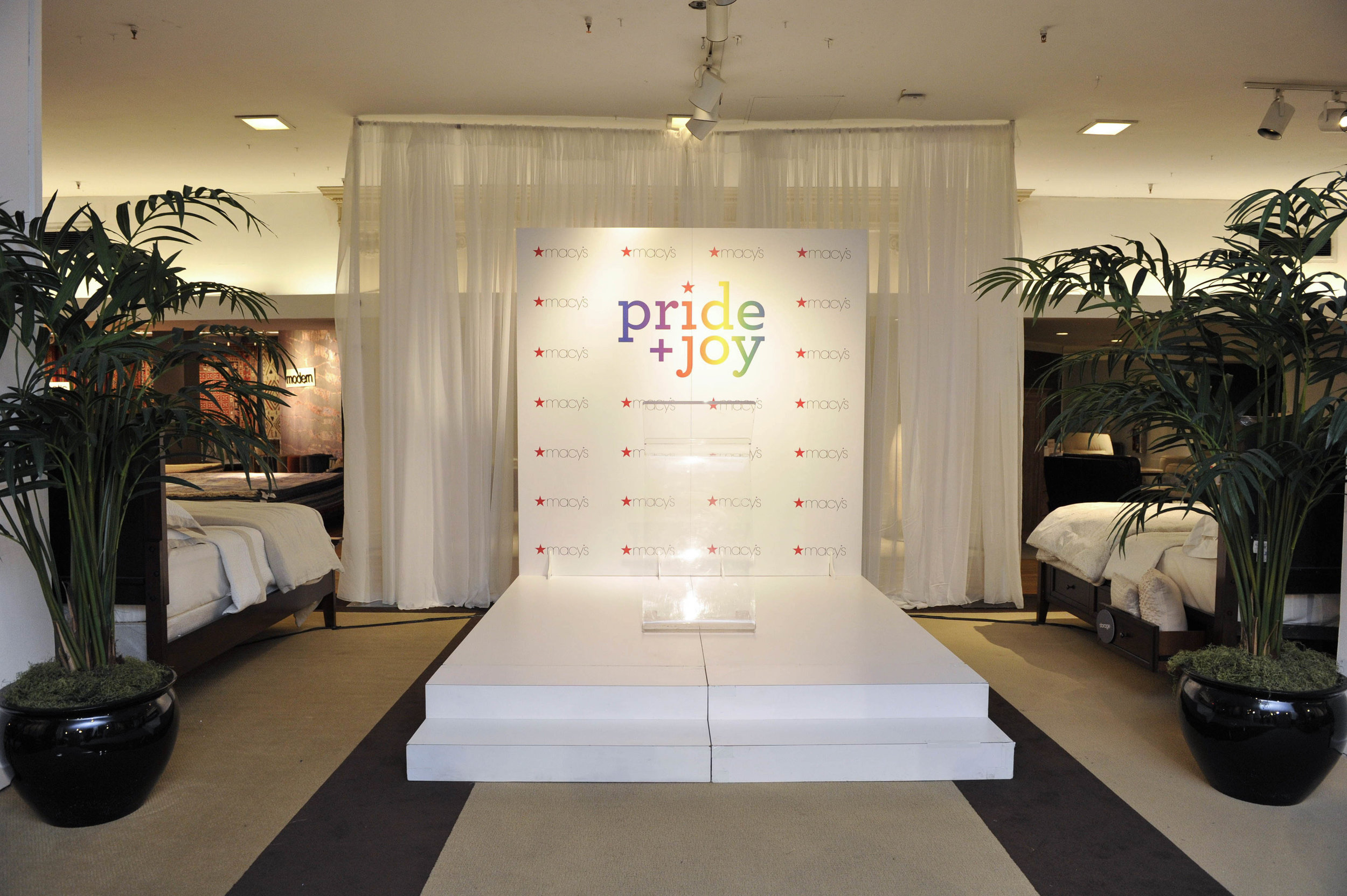 Macys Pride Event -2518.jpg