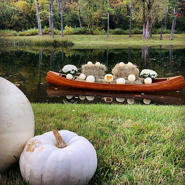 Fall wedding feels 🍁 🥰 #Vermont #foliage #autumn #canoe #pumpkins #weddingdecor #fallwedding #vermontwedding #ceremonysite #TieTheKnotInManchesterVermont