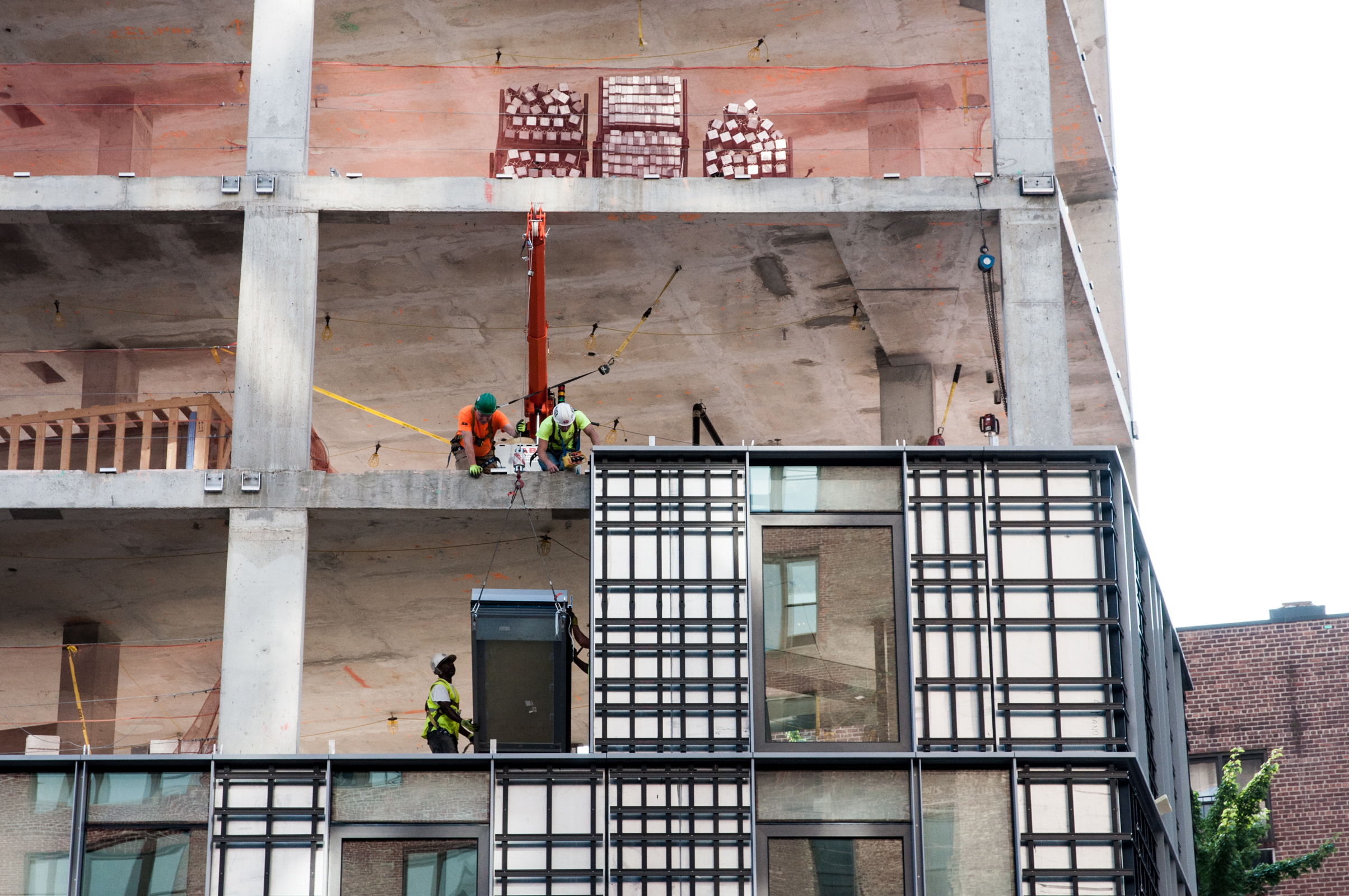 Installation of a curtain wall uniton the fourth floor.