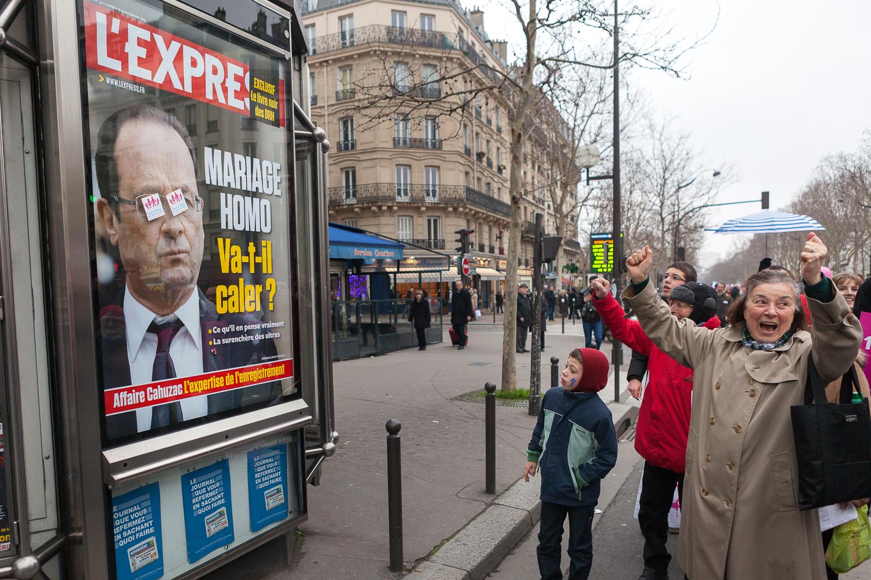 Femme protestant devant l'affiche représentant le président François Hollande. 13 janvier 2013. © Sébastien Borda