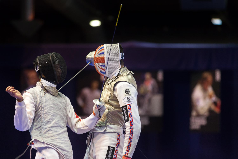 Touche rapprochée réalisée par un joueur de l'équipe d'Angleterre . Challenge international de Paris, 27 janvier 2013. © Sébastien Borda