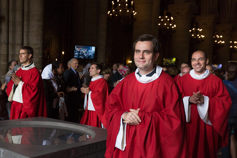 Sortie des candidats après la cérémonie d'ordination diaconale. Paris, 2013. © Sébastien Borda
