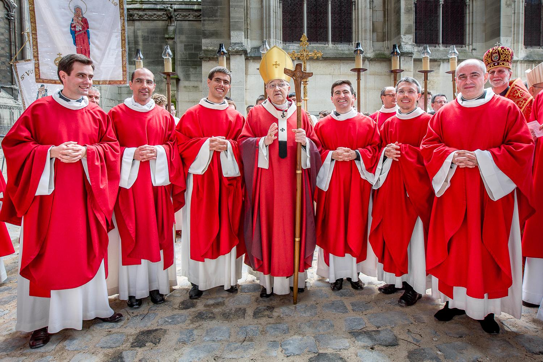 Candidats et l'évêque Monseigneur Vingt Trois après la cérémonie d'ordination diaconale. Paris, 2013. © Sébastien Borda