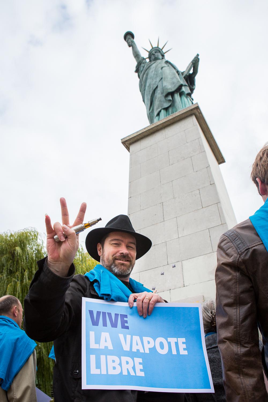 """Manifestant de la   """"World V  aping D  ay""""devant la statue de la liberté. Paris, 19 septembre 2013.  © Sébastien Borda"""