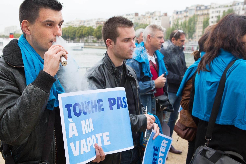 """Manifestant entrain de vapoter pendant la manifestation de la  """"World V  aping D  ay""""devant la statue de la liberté. Paris, 19 septembre 2013.  © Sébastien Borda"""