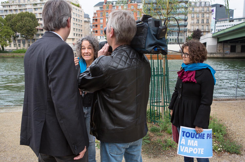 """Interview par la télévision d'une manifestante de la  """"World V  aping D  ay""""sur l'île des cygnes. Paris, 19 septembre 2013.  © Sébastien Borda"""