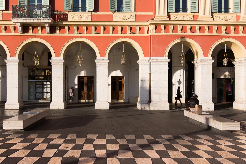 Scène de vie aux arcades de la place Massena. Nice. © Sébastien Borda