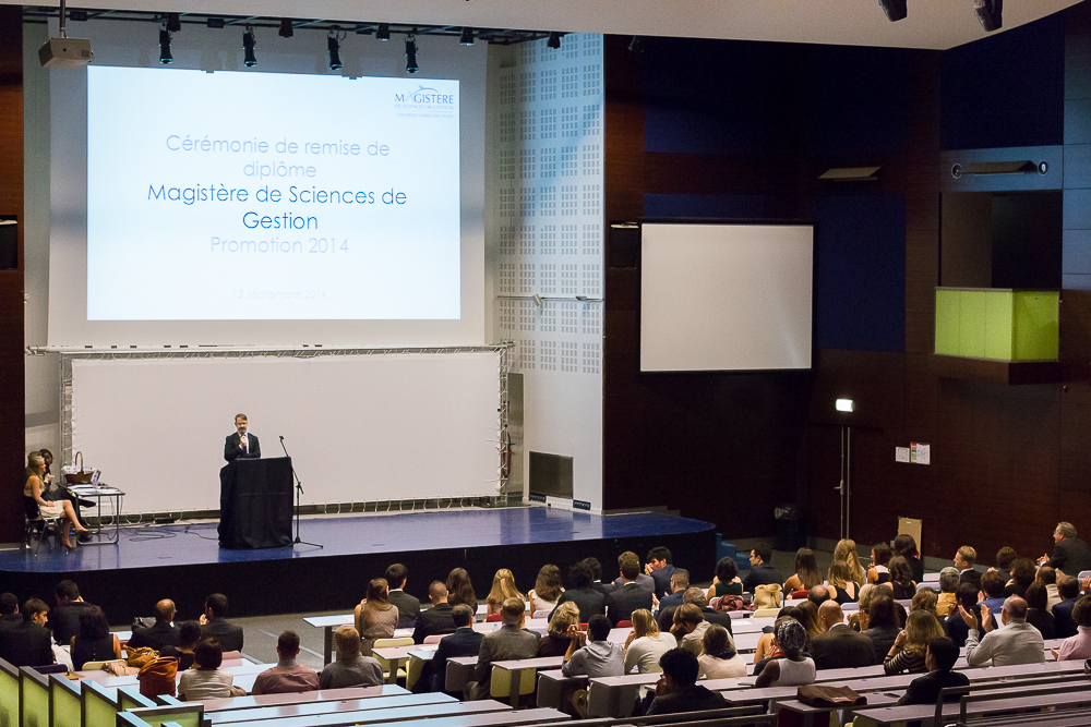 Discours du responsable de la formation pendant la c érémonie de remise des diplômes du magistère de gestion Pa  ris Dauphine 2014. © Sébastien Borda .